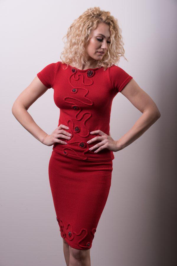 227. Megza sukneles, raudonas kostiumelis, oficialus kostiumelis, moteriskas kostiumelis, megztas kostiumelis, kostiumas, raudona suknele4